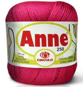 Linha de crochê com espessura suave e cor sóbria.